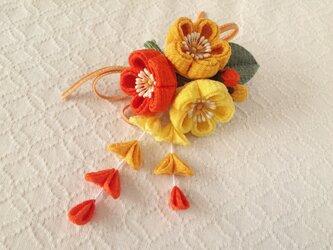 〈つまみ細工〉藤下がり付き梅三輪とベルベットリボンの髪飾り(レモンと山吹と橙)の画像