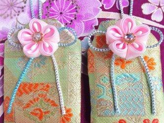 元巫女が作る花のお守り袋(松と白菊)の画像