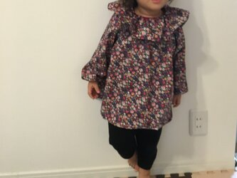フリル衿スモック小花柄ネイビー サイズ100の画像