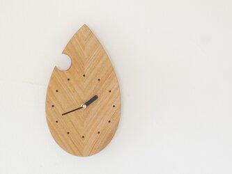 木の葉の掛け時計の画像