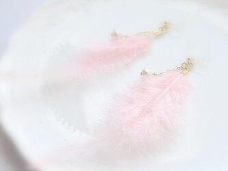 ふんわりフェザーとパールのイヤリング/ピンクの画像