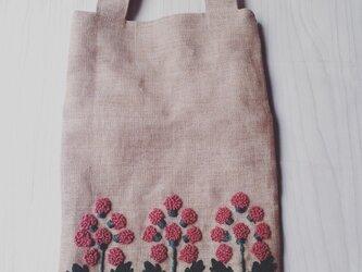 花の刺繍のミニバッグの画像