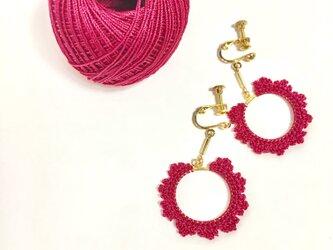 ドレッシーな赤色のイヤリング/デコラティブな額縁ピアスの画像