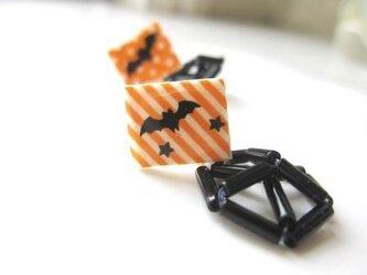 Halloween コウモリと揺れるクモの巣 ピアスの画像