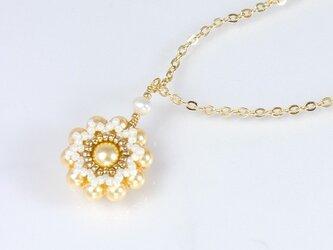イエローゴールドの花モチーフのネックレスの画像