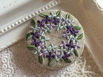 リネン  青と紫のお花のリース 刺繍ブローチ 50ミリ丸の画像
