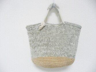 毛糸のバック(白と薄茶)の画像