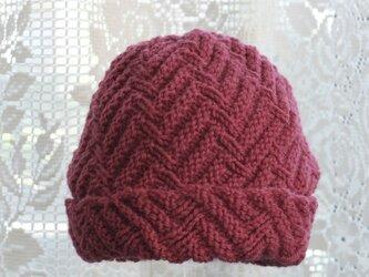 毛100% ななめ編みのニット帽子(濃いピンク色・模様入り)の画像