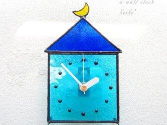 ステンドグラス*掛け&置き時計・月と青い屋根の水色の家の画像