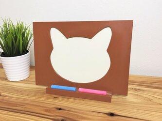 【ねこ雑貨】 白猫のチョークボード(A4顔型) チョークが置けるスタンド付きの画像