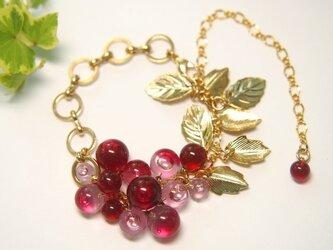 赤とピンクのつぶつぶと葉っぱのブレスレットの画像