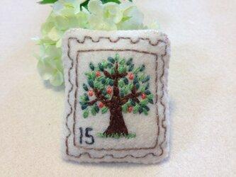 切手ブローチ(りんごの木)の画像