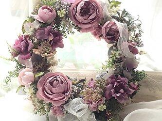 ピンクのバラとリボンのリースの画像
