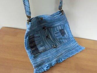 手織り ポケットがいっぱいのショルダーバック 小さなビオラのお花付き ブルーの画像