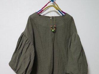 ボリューム袖ブラウス(グレーカーキ)の画像