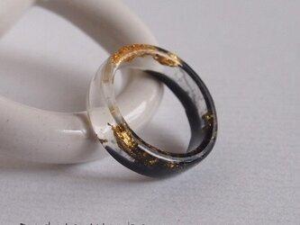 黒と透明レジンに金箔のリングの画像