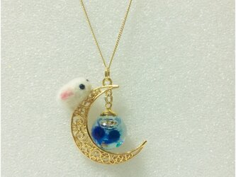 地球を見守る月うさぎペンダントの画像