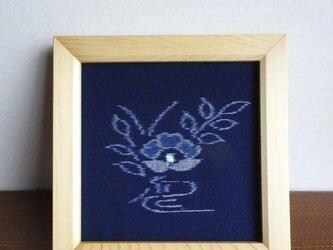 手織り久留米絣:一輪椿の額(F-1)の画像