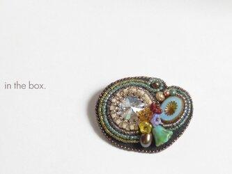 リボリと緑のチューリップ ビーズ刺繍のブローチの画像
