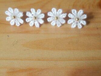 白い小花のピアスの画像