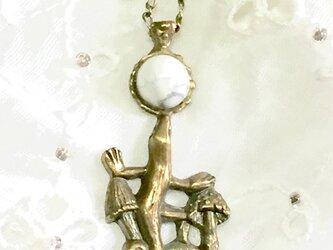 トカゲ、夜にあそぶ (トカゲとキノコとマグネサイト)真鍮製の画像