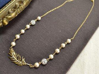 金の羽根とコットンパールのネックレスの画像