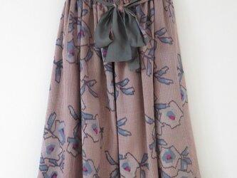 鼠と薄ピンク系着物のスカートの画像