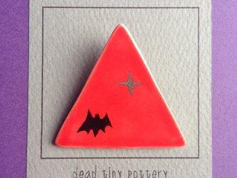 陶 ブローチ コウモリ brooch (bat) 赤 三角の画像