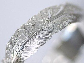 唐草×フェザーバングル【送料無料】銀に伝統技法の和彫りで羽根を彫り込んだアラベスクの腕輪の画像