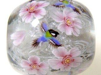 とんぼ玉 桜の花とシジュウカラのとんぼ玉の画像