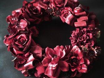 赤いバラのリースの画像