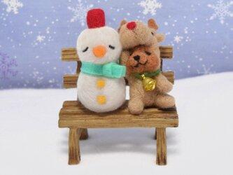 クリスマスの日のトナカイコグマさんと雪だるまさんの画像