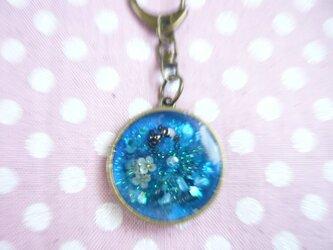 青い空のオルゴナイト レジン バッグチャームの画像