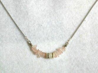 ローズクォーツとホワイトシェルのネックレスの画像