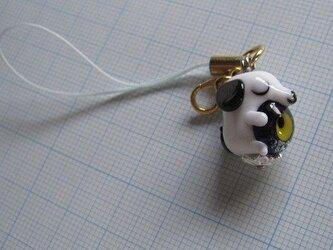 とんぼ玉 三日月を抱く犬(ビーグル 白黒) ストラップの画像