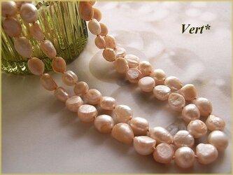 【Vermeil】ホワイト×サーモンピンクフラットバロック淡水パールグリフィンロングネックレスの画像
