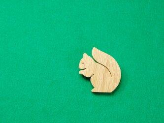 ニホンリス 木のブローチの画像