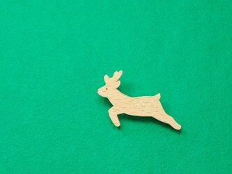 シカ / 鹿 木のブローチの画像