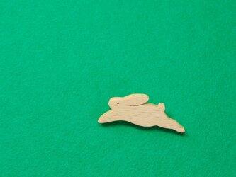 ノウサギ 木のブローチの画像