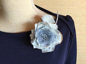 ブルーグレーのアンティークの薔薇の画像