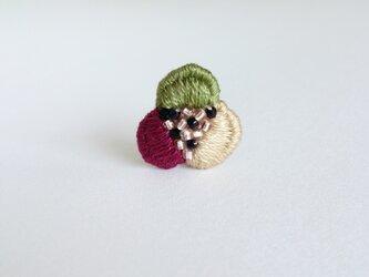 『3色花びらの手刺繍』ブローチ No.1の画像