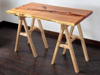 【OUTLET】 オンコ(いちい)チェンソー痕のテーブルの画像