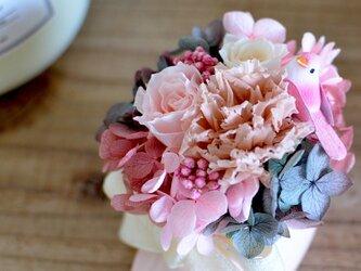 【モダンピンク】小鳥さんのベビーシューズアレンジ バラ アジサイ カーネーション プリザーブドフラワー ギフト 出産祝の画像