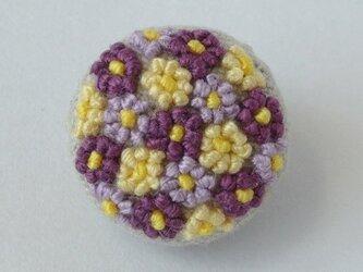 *紫と黄色*つぶつぶ花刺繍のブローチの画像