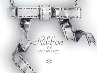 シルバーリボンのネックレスの画像