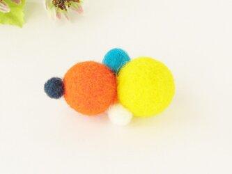 フェルトのブローチ ポップなカラフルボール 紺 オレンジ ブルー イエロー 白    (AFB-013-KOBYW)の画像
