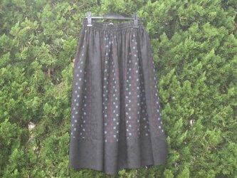 クローバーの地模様と絣柄のスカートの画像