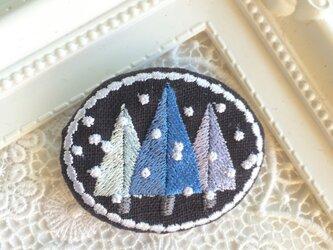 濃紺リネン 刺繡ブローチ 青い木々の画像