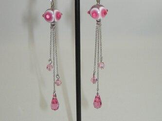 【ピアス変更可】トンボ玉のロングイヤリング ピンクの画像