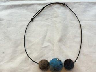 羊毛フェルトボールのネックレスの画像